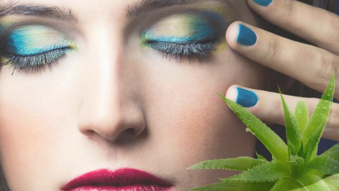 Desmaquilla los ojos con aceite de oliva y aloe vera